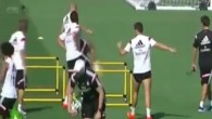 Cristiano Ronaldo fait des doigts d'honneur à l'entraînement