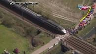 Un TGV coupe le peloton en deux