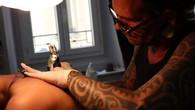 Séance de tatouage chez Aïto