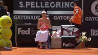Il se vautre derrière Sharapova