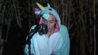 Miley Cyrus pleure son poisson en chanson