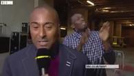 Usain Bolt danse derrière un journaliste