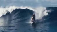 Robbie Maddison surfe une vague à moto