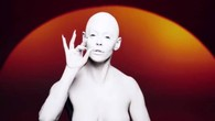 Dans la peau d'un alien à la peau blanchâtre et aux seins nus