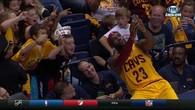 Lebron James s'offre un selfie avec des fans en plein match