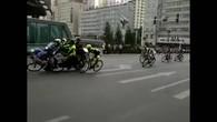 La moto fait tomber le cycliste