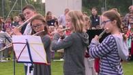 Kinder ziehen ins neue Schulhaus Blumenfeld