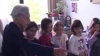 Rencontre complice entre des bambins et une senior