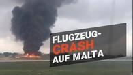Militärflugzeug stürzt auf Landebahn