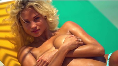 Rose Bertram topless pour SI Swimsuit