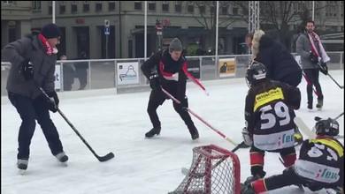 Stéphane Lambiel s?est mis au hockey