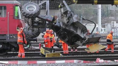 Zug prallt in Baustellen-Fahrzeug ? ein Toter