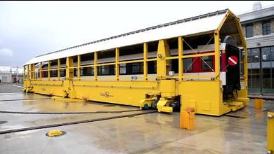 Riesenmaschine verschiebt Lokomotiven