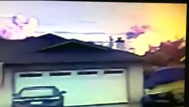 Flugzeug stürzt auf Wohngebiet