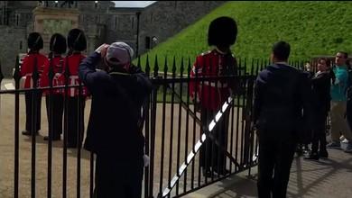 Gardist gibt Tourist den Tarif durch